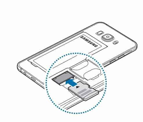 So wird eine Speicherkarte in den SIM Slot auf der Rückseite eingelegt