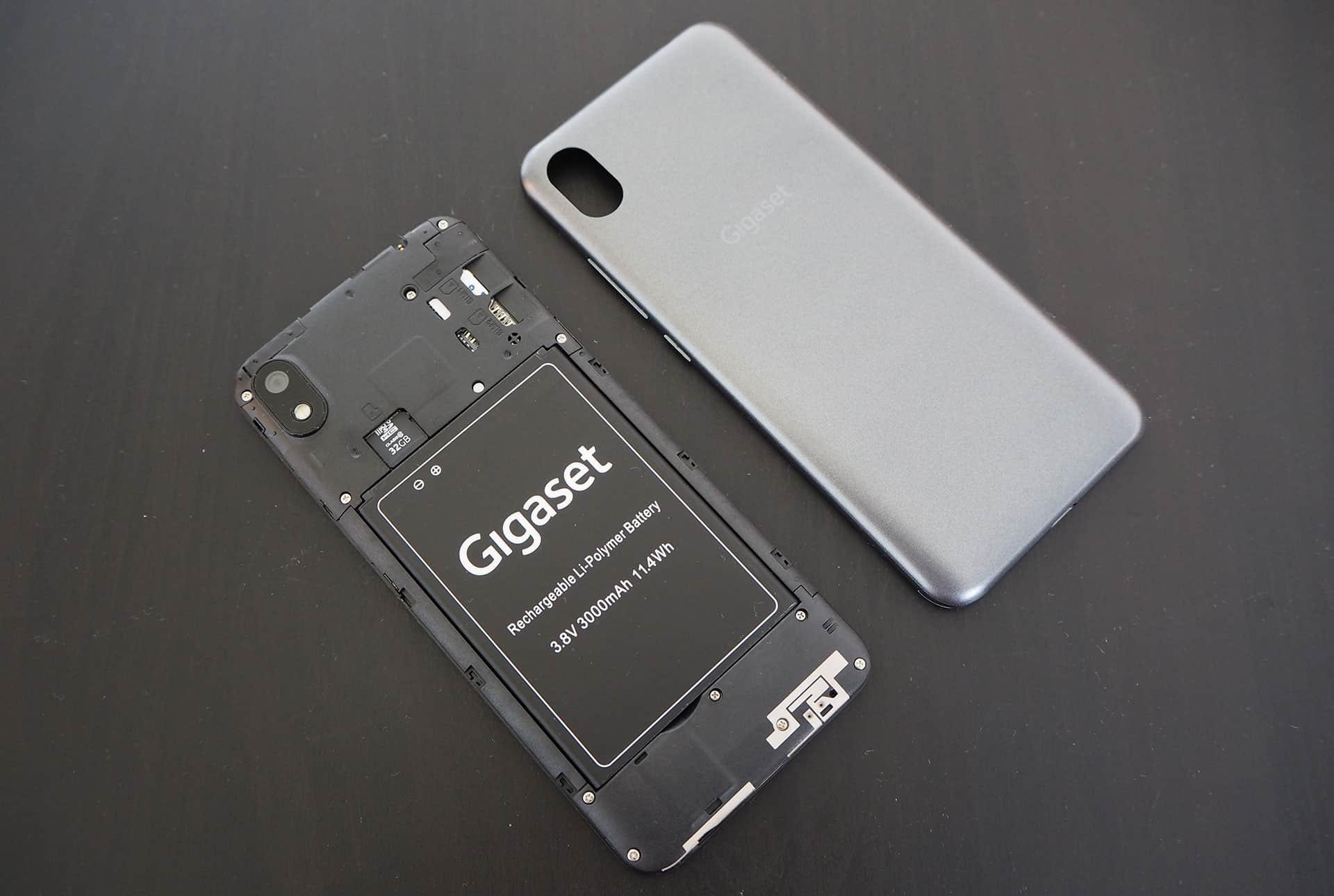 Die geöffnete Rückseite des Gigaset GS110 mit AKku und SIM-Karte